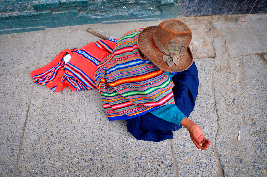 Huarez Peru woman begging Peru travel photos. Kira Vos (Horvath